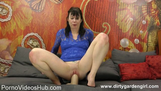 DirtyGardenGirl_presents_Blue_dress_and_big_white_dildo_-_16.11.2017.flv.00003.jpg