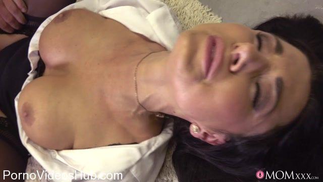 SexyHub_-_MomXXX_presents_Ania_Kinski_in_Polish_MILF_fucks_to_gushing_squirt_-_22.11.2017.mp4.00011.jpg