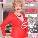 Mature.nl presents Sindee Dix (57) in American housewife Sindee Dix fingering herself – 26.12.2017