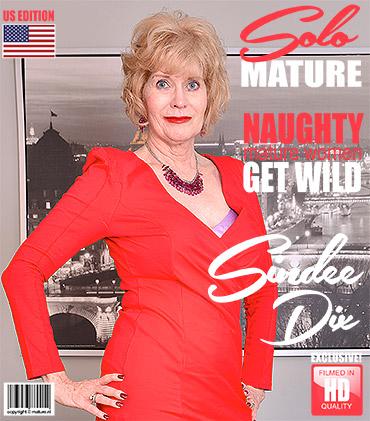 1_Mature.nl_presents_Sindee_Dix__57__in_American_housewife_Sindee_Dix_fingering_herself_-_26.12.2017.jpg
