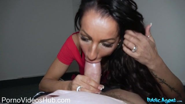 FakeHub_-_PublicAgent_presents_Valentina_Sierra_in_Genuine_MILF_fucks_for_cash_-_29.12.2017.mp4.00011.jpg
