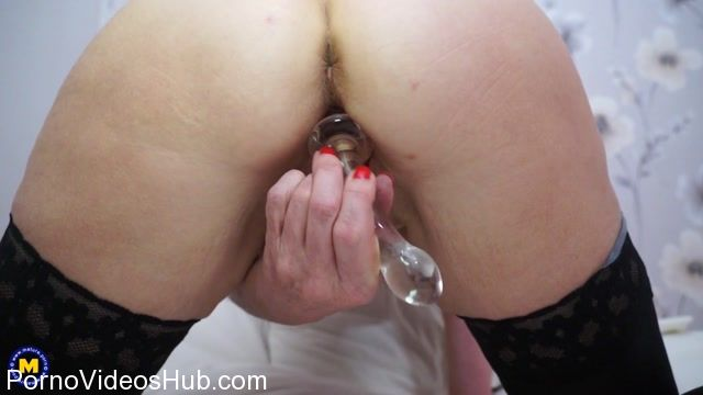 Mature.nl_presents_Emily_Jane__EU___62__in_British_housewife_playing_Emily_Jane_with_her_toy_-_09.12.2017.mp4.00013.jpg