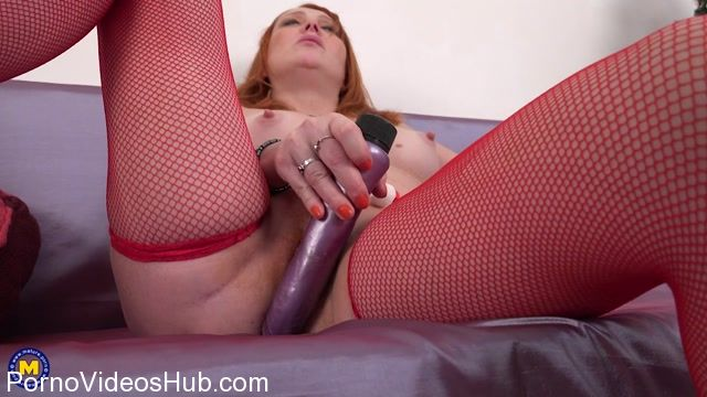 Mature.nl_presents_Viola_E.__42__in_naughty_red_housewife_Viola_fingering_herself_-_28.12.2017.mp4.00011.jpg