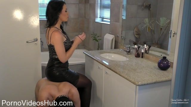 Young_Goddess_Kim_in_Ass_Kissing_Make-up_Chair.mp4.00006.jpg