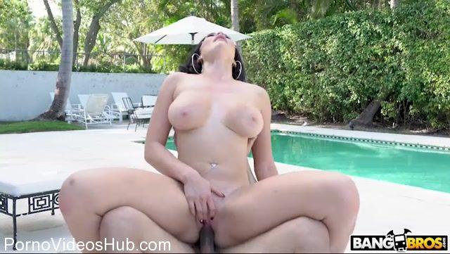 Watch Online Porn – BangBros – BangBrosClips presents Skyla Novea in Busty House Wife Fucks The Gardener – 04.01.2018 (MP4, SD, 852×480)