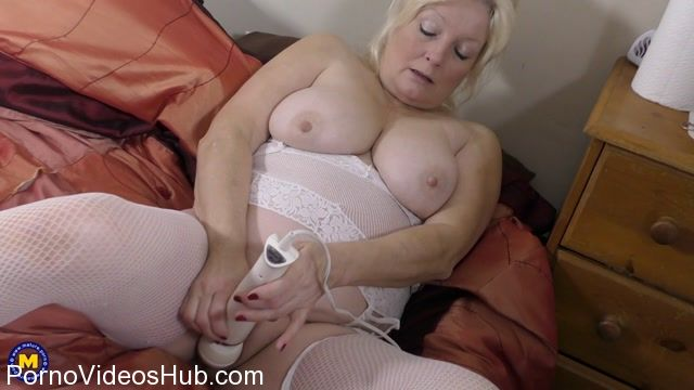 Mature.nl_presents_Cindy_S.__EU___59__in_British_curvy_housewife_Cindy_fingering_herself_-_23.01.2018.mp4.00010.jpg