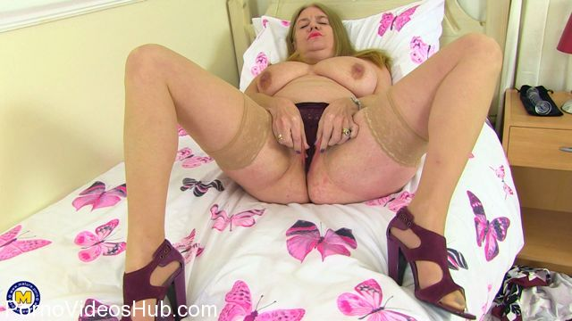 Mature.nl_presents_Lily_May__EU___48__in_British_big_breasted_housewife_Lily_May_fingering_herself_-_19.01.2018.mp4.00007.jpg