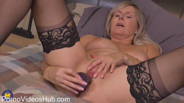 Watch Online Porn – Mature.nl presents Velvet Skye (56) in Canadian housewife Velvet Skye fingering herself – 15.01.2018 (MP4, FullHD, 1920×1080)