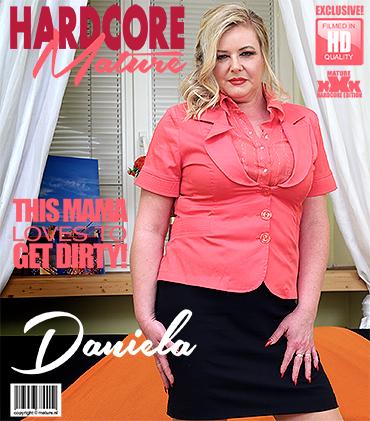 Mature.nl presents Daniela (45) in curvy housewife Daniela doing her toyboy – 07.02.2018