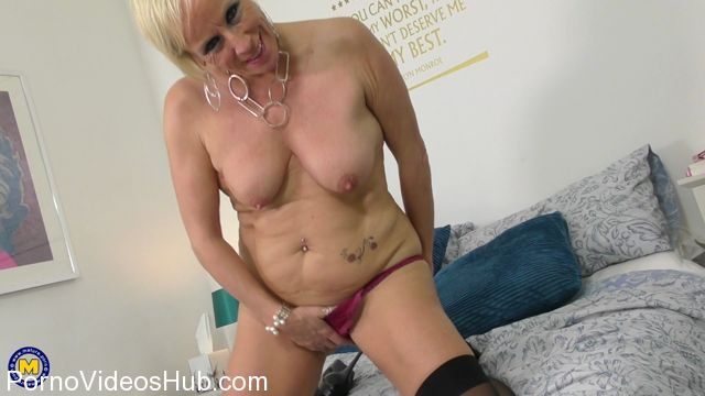 Mature.nl_presents_Debbie__EU___53__in_British_housewife_Debbie_playing_with_her_toy_-_01.02.2018.mp4.00012.jpg