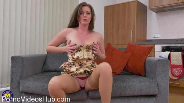 Mature.nl_presents_Holly_Kiss__EU___43__in_Hot_British_MILF_Holly_Kiss_playing_with_herself_-_19.02.2018.mp4.00002.jpg