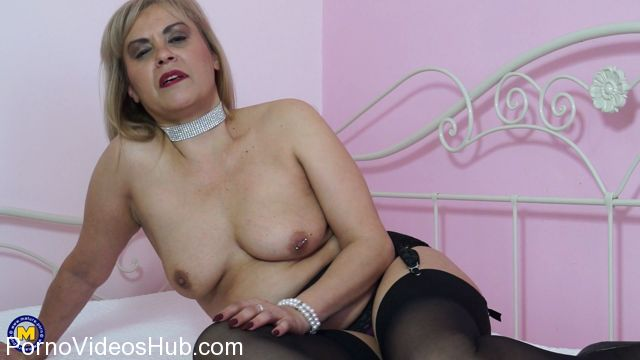 Watch Online Porn – Mature.nl presents Ruby Stone (49) in naughty housewife Ruby fingering herself – 12.02.2018 (MP4, FullHD, 1920×1080)