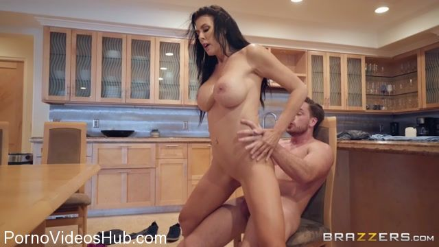 Brazzers_-_MommyGotBoobs_presents_Reagan_Foxx_in_Sending_Stepmoms_Nudes_-_26.03.2018.mp4.00015.jpg