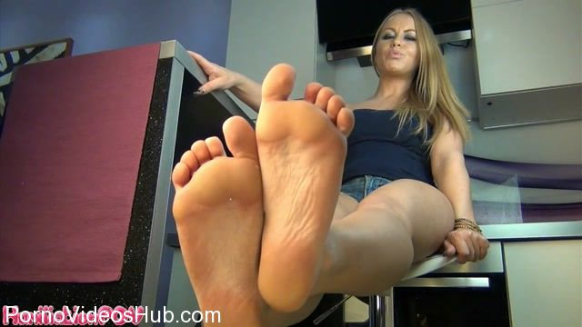 HumiliationPOV_presents_Turning_Weak_Foot_Boys_Into_Sexless_Wankers_For_My_Feet.mp4.00014.jpg