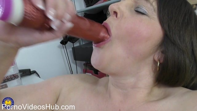 Mature.nl_presents_Carol_Brown__EU___50__in_British_big_breasted_housewife_playing_with_her_toys_-_15.03.2018.mp4.00014.jpg