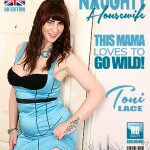 Mature.nl presents Toni Lace (EU) (52) in British housewife Toni Lace playing with her toys in bed – 03.04.2018