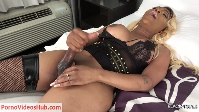 Black-tgirls_presents_Cumshot_Thursday__Amanda_Coxxs_Returns__-_26.07.2018.mp4.00014.jpg