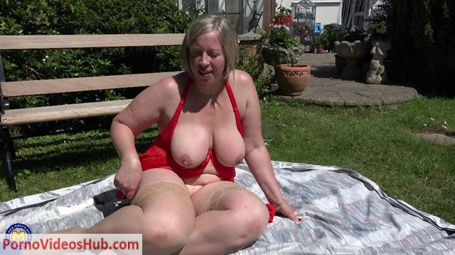 Watch Online Porn – Mature.nl presents Shooting Star (EU) (45) in British curvy Shooting Star playing with herself in the garden – 21.08.2018 (MP4, FullHD, 1920×1080)