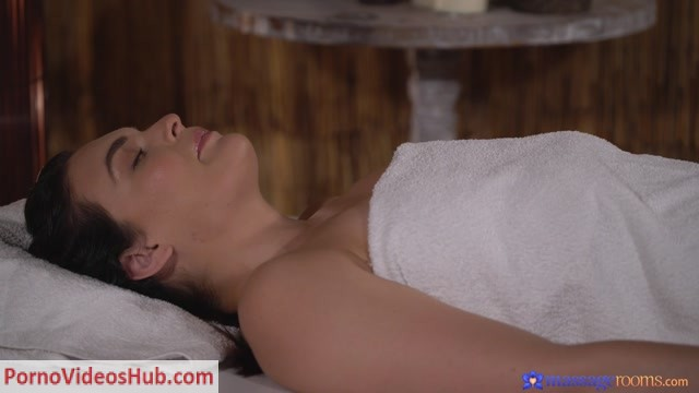MassageRooms_presents_Hannah_Vivienne_in_PAWG_gets_a_pounding_from_masseuse_-_15.09.2018.mp4.00001.jpg