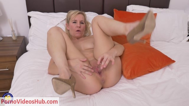 Mature.nl_presents_Kate_Aveiro__EU___39__in_British_housewife_playing_with_her_toy_-_03.09.2018.mp4.00004.jpg