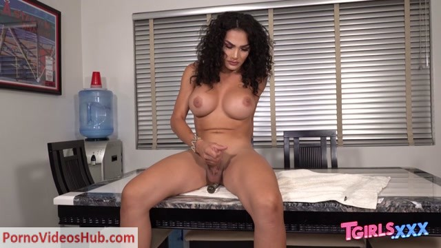 Tgirls.xxx_presents_Gorgeous_Kimmie_Bombshell__-_17.09.2018.mp4.00014.jpg