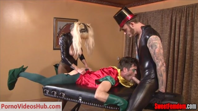 Watch Online Porn – Sweetfemdom – Christian Wilde, Lance Hart, Pixie Von Bat – Black Canary Sells Robins Ass (MP4, SD, 854×480)