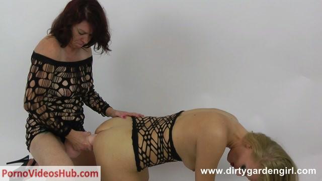 Watch Online Porn – DirtyGardenGirl presents 2013-12-08 – Dirtygardengirl & KinkyNiky strap on fuck (MP4, FullHD, 1920×1080)