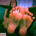 Evelyn Milano – Fall For Feet