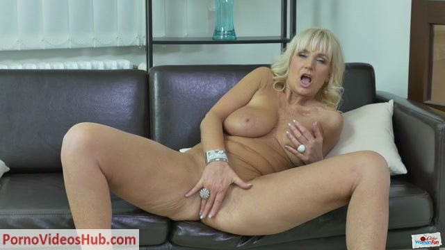OlderWomanFun_presents_Roxana_02.mp4.00010.jpg