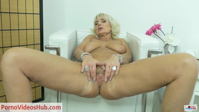 OlderWomanFun_presents_Roxana_03.mp4.00006.jpg