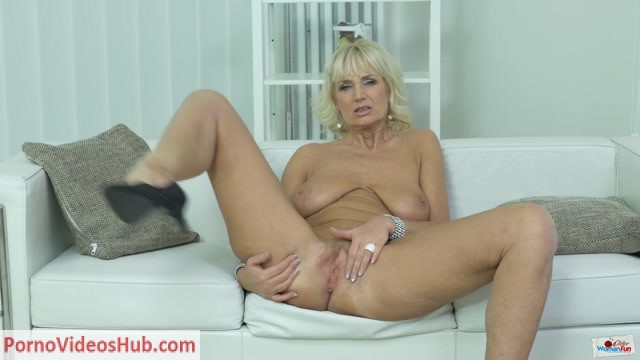 OlderWomanFun_presents_Roxana_04.mp4.00008.jpg