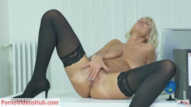 OlderWomanFun_presents_Roxana_05.mp4.00012.jpg