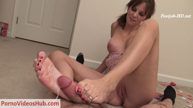 HD_Topless_Footjob_with_my_Pussy_Showing_and_nice_huge_dripping_load_on_my_Soles__-_Kinky_Foot_Girl.mp4.00015.jpg