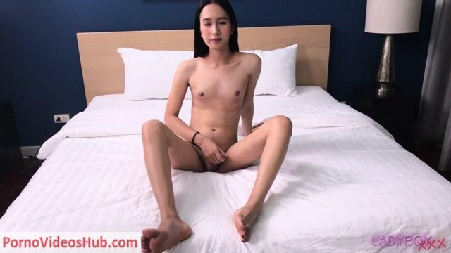 Watch Online Porn – Ladyboy.xxx presents Cutie Na Plays Her Cock! – 12.04.2019 (MP4, HD, 1280×720)
