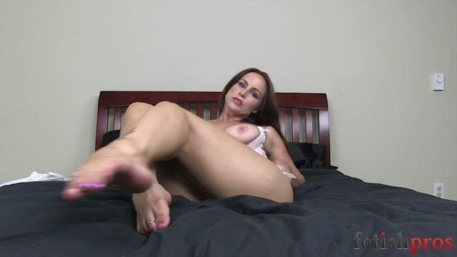 FetishPros_presents_101-03_Bella_Rossi_Foot_Tease.mp4.00014.jpg