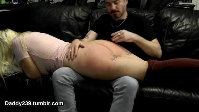 Watch Online Porn – SlaveBC in 27 Over the knee spanking. Daddy puts me over his lap and spanks my ass red (MP4, FullHD, 1920×1080)