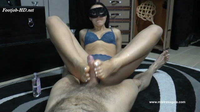 Watch Online Porn – Mistress Gaia Lubricates Her Feet For His Cock (MP4, HD, 1280×720)