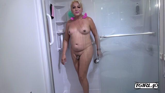 TGirl40_presents_Bathroom_Play_With_Veronica__-_14.08.2019.mp4.00006.jpg