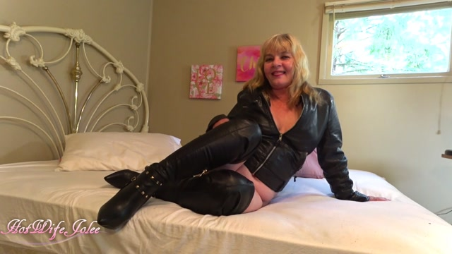 ManyVids_presents_HotWifeJolee_in_Mom_dominates_her_boy_dressed_in_her_sex.mp4.00003.jpg