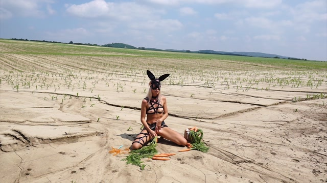 ManyVids_presents_JanaVolkova_in_horny_bunny_and_her_carrots_HD____16.66__Premium_user_request_.mp4.00007.jpg