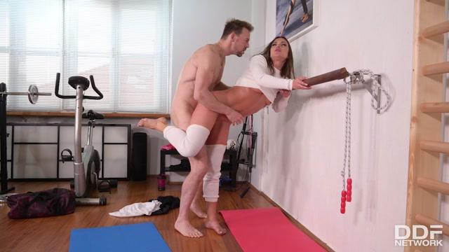 DDFNetwork_-_HotLegsAndFeet_presents_Alyssa_Reece_-_Footjob_Workout_In_The_Gym___09.01.2020.mp4.00011.jpg
