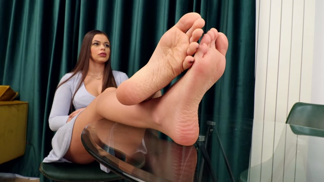 Noemi_s_World_-_Amy_-_She_wants_you_to_serve_her_soft_soles__4k.mp4.00008.jpg