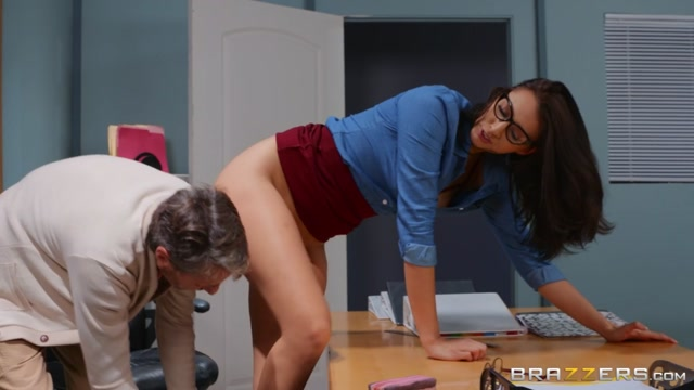 Brazzers_-_BigTitsAtSchool_presents_Bella_Rolland_-_Old_Man_On_Campus___15.03.2020.mp4.00004.jpg