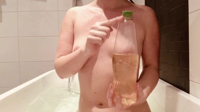 AnalOnlyJessa_taking_a_bath_with_huge_bottle_up_my_ass.mp4.00000.jpg