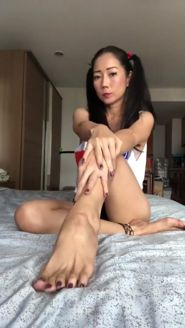 MortaoMaotor_-_Mortao_with_ponytails_lets_you_admire_her_amazing_soles_and_toes__short_clip_.mp4.00002.jpg
