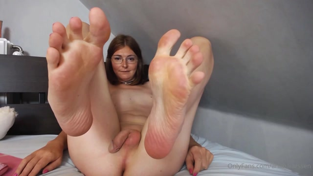 arianalarssen_27-06-2020_Spreading_legs_and_showing_off_everything.mp4.00014.jpg