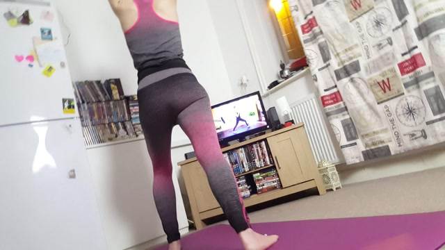 camilla_tootsie_27-04-2020_Yoga_is_good_for_the_mind_and_soul_my_soles_look_soft._goddess_hard_at_work..mp4.00008.jpg