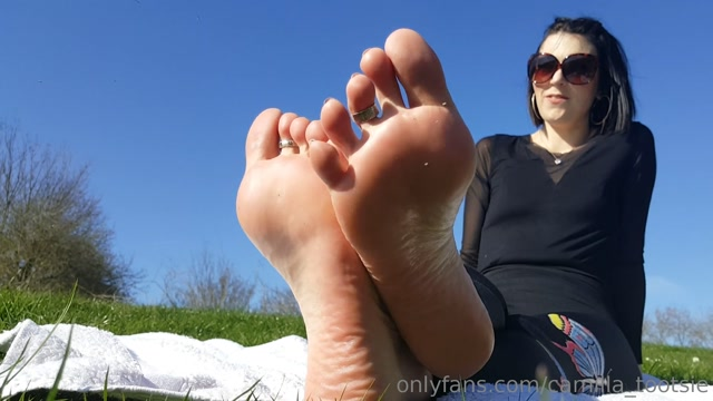 camilla_tootsie_31-03-2019_Hot_sweaty_stinky_feet_need_to_be_free.mp4.00005.jpg