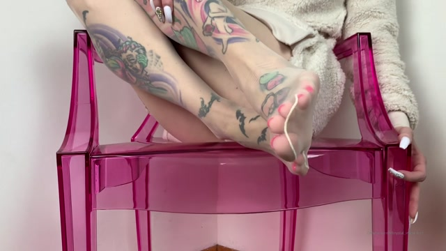 crystalinked_31-01-2020_Here_s_a_little_look_at_my_white_nylons._Looks_so_good_with_my_pink_toes.mp4.00003.jpg