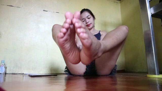feetzinnia_09-10-2018_Sexy_feet_joi_video_5min..mp4.00015.jpg